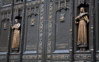 7210952-detail-of-door-at-st-patrick-s-cathedral-midtown-manhattan-new-york-city-new-york-usa